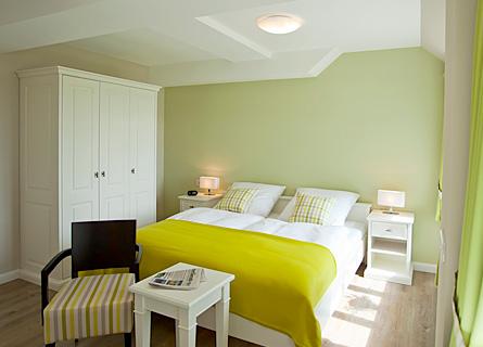 Bett und Kleiderschrank im Zimmer 4